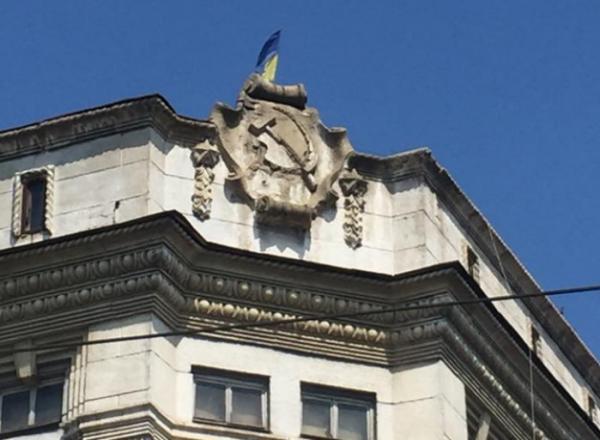 Жители Одессы настояли на декоммунизации фасада здания
