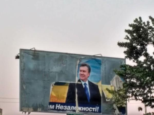 Рекламный щит до сих пор висит на Новороссийской площади