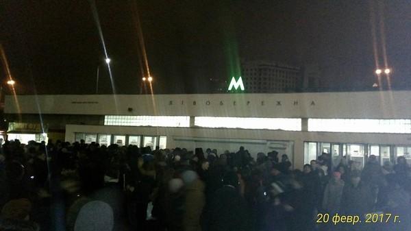 Давка на станции метро Левобережная