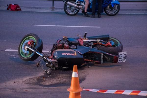 Мотоциклист пытался проехать между Prius и отбойником
