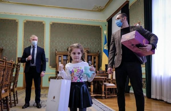 Скандал в детсаду Черновцов: девочка получила подарки от Зеленского0