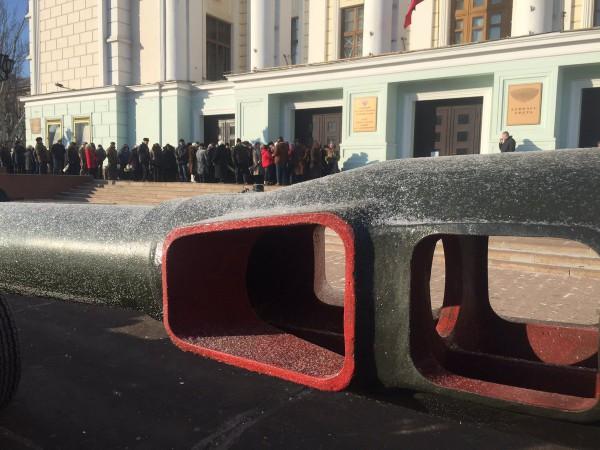 У здания Донбасс Оперы собрались около тысячи человек