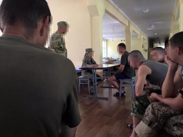 Врач в учебной части проводит дополнительное обследование новобранцев