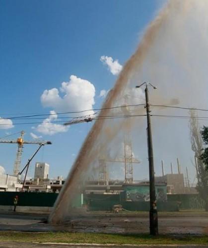 Мощный фонтан образовался в результате прорыва трубы