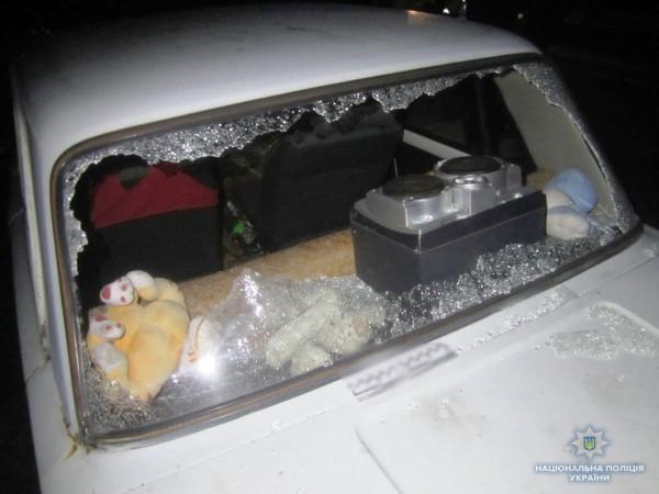 Также рыбаки повредили автомобили местных жителей