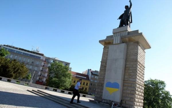 В Чехии разрисовали скульптуру красноармейца