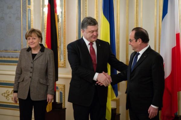 Порошенко обсудил с Меркель и Олландом план урегулирования конфликта на Донбассе