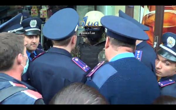 Милиция обступила участника пророссийского митинга, протестующие считают, что он - российский диверсант