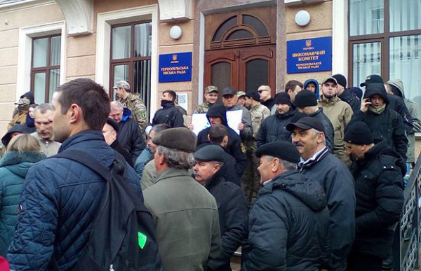 Толпа протестующих вТернополе сорвала совещание горсовета