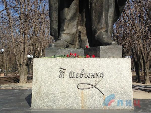 Цветы возложили в 203 годовщину со дня рождения Шевченко
