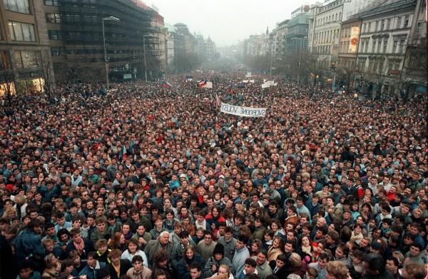 Около 200 тысяч человек собираются в Праге на Вацлавской площади, Чехословакия.