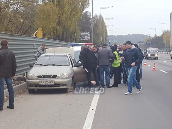 В Киеве на обочине в авто обнаружили труп мужчины