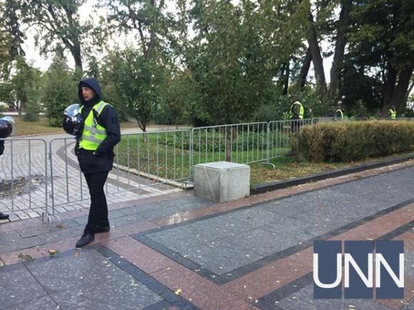 Охрана не пропускает митингующих