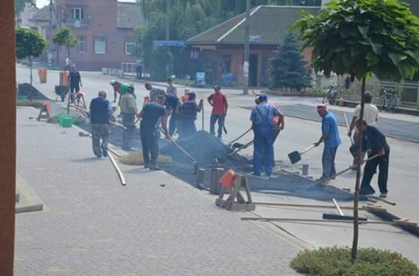 «Нестоит ожидать чуда»: граждане закарпатского села своими руками заасфальтировали улицы