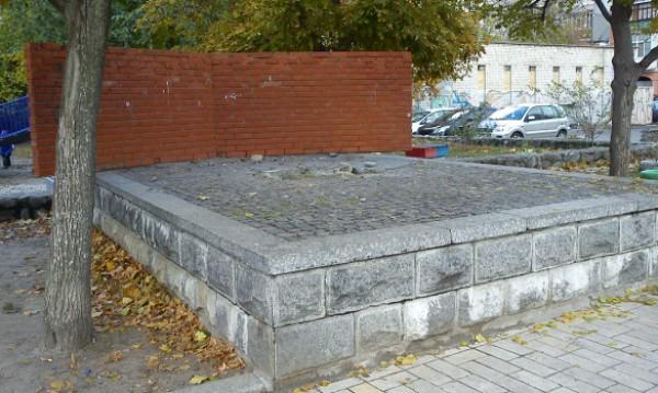 В Киеве демонтировали очередной памятник