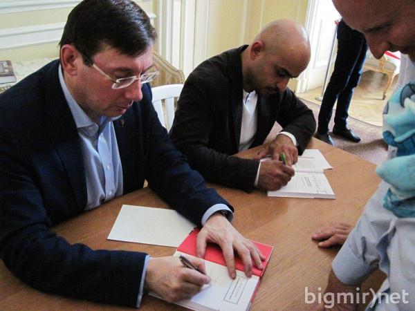 Автограф-сессия Юрия Луценко и Мустафы Найема