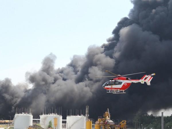 Пожар на нефтебазе еще не потушен