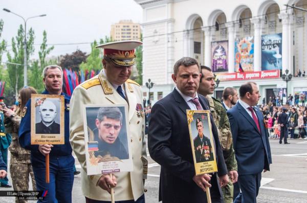 Александр Тимофеев (несет Гиви) и Александр Захарченко (с Моторолой)