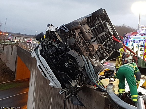 Позже спасатели оттащили фургон