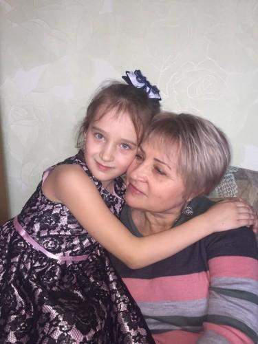 На фото: 9-летняя девочка с бабушкой