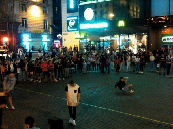 Молодежь устроила традиционные танцы на выходных