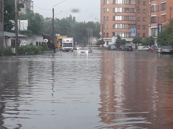 Улицы Харькова залило водой