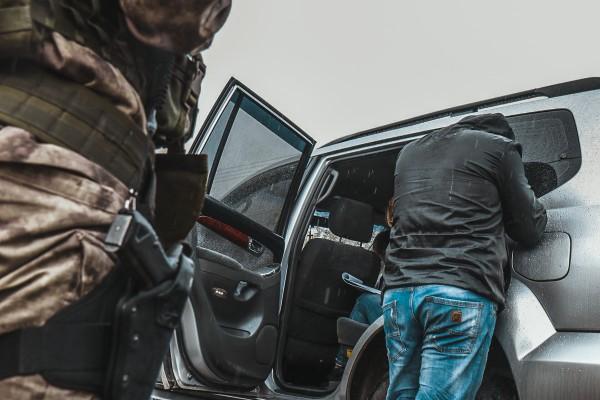 При обыске в машине обнаружились краденые вещи и пули для травматического оружия
