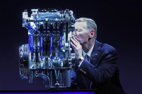 Глава компании Форд целует мотор EcoBoost