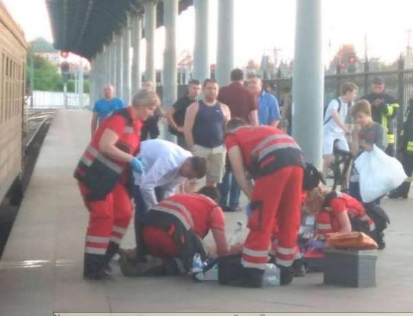 На месте происшествия работают три бригады скорой помощи
