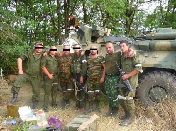 Последняя фотография Антона Туманова (крайний справа) во временном лагере под городом Снежное (судя по геотегу, оставленному сослуживцем Антона, который выложил фото)
