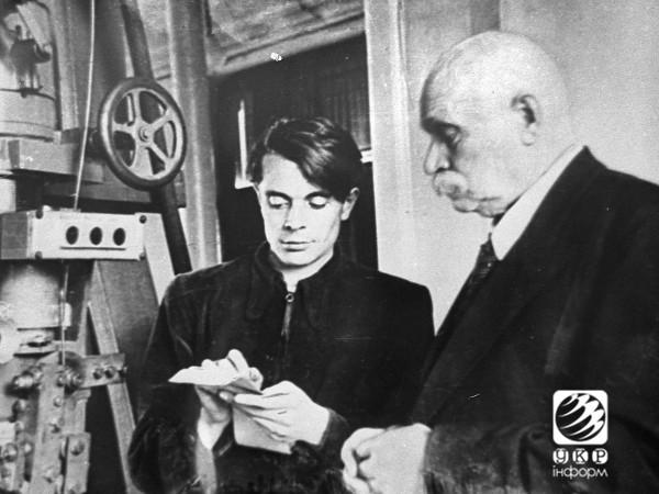 Евгений Патон с сыном Владимиром у сварочного автомата.