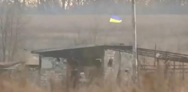 Возле Донецкого аэропорта появился флаг Украины