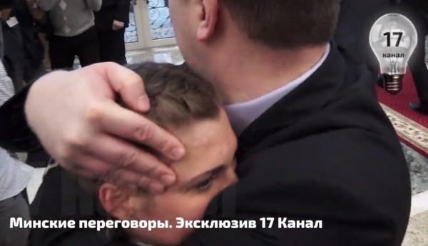 """Журналистке канала """"Россия 24"""" симпатичный телохранитель нежно закрыл рот в Минске"""
