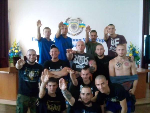 Вот так фотографируются в Киевской милиции