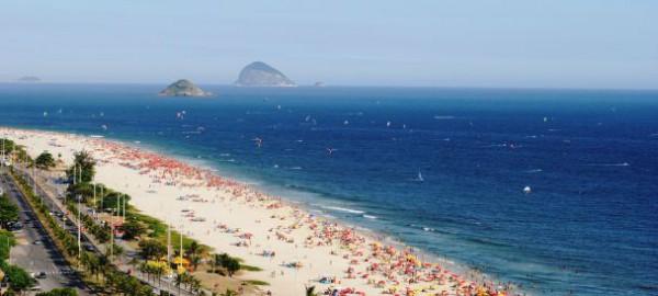 Местом проживания мужчина выбрал пляж в  Рио-де-Жанейро