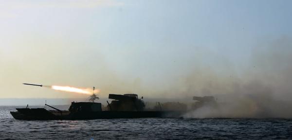 Укаринские артиллеристы впервые в современной истории стреляли с парома