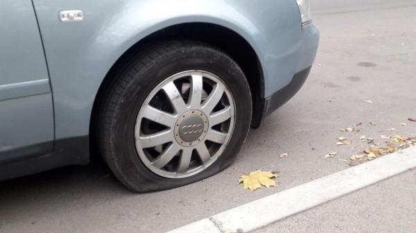 Вандалы пробили шины