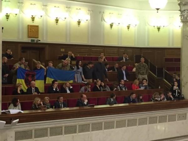 Активистов пропустили на балкон Верховной Рады