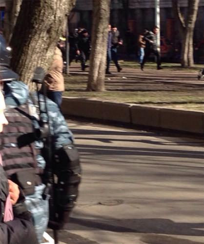 Беркут гнал протестующих от офиса ПР