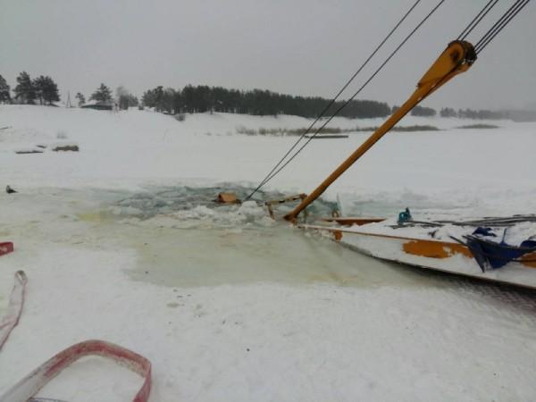 Также сегодня на реке Лена под лед провалился второй трактор, водитель не спасся