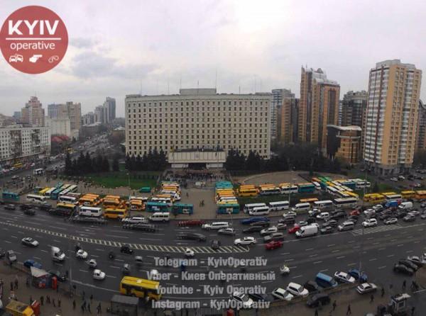 ВКиеве протестующие устроили драку иобещают поджечь маршрутки ФОТО,