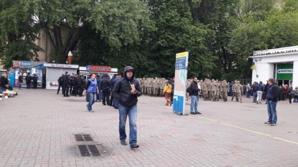 ВКиеве в потасовке националистов иучастников «Бессмертного полка» пострадал полицейский