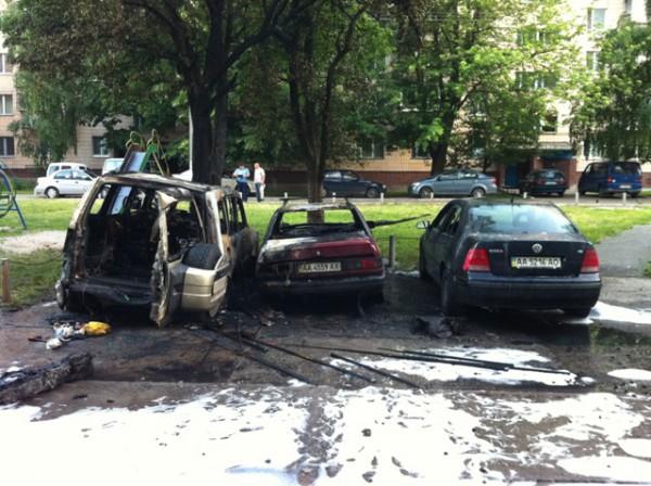Огонь также повредил соседнюю машину