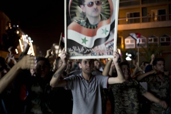 Люди на улицах Дамаска празднуют победу Башара Асада