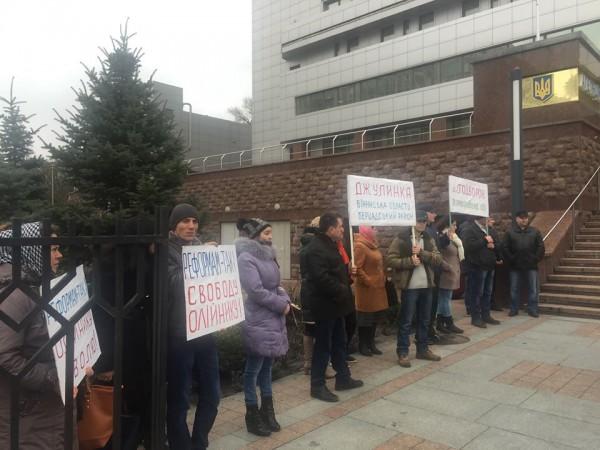 Активисты пришли под суд, чтобы поддержать патрульного