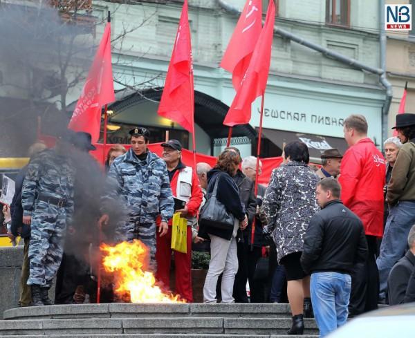 Коммунисты сожгли флаг «Свободы» у памятника Ленину в Киеве