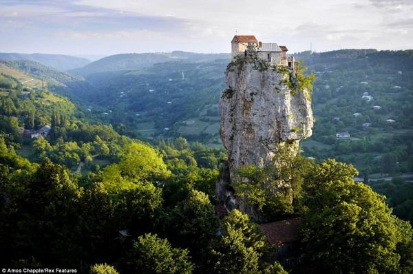 Монах Максим Кавтарадзе уже много лет живет на вершине скалы и питается тем, что присылают добрые люди. У подножья скалы есть склеп, в котором погребены другие монахи, жившие в местной пещере тысячу лет назад.