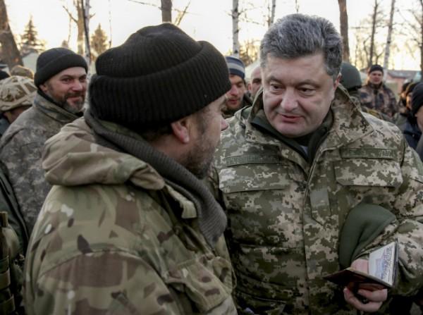 Порошенко и солдаты, вышедшие из Дебальцево