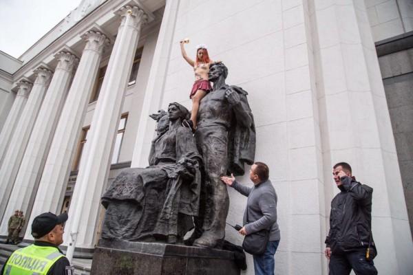 На руку помощи девушка не отреагировала, слезая с памятника самостоятельно