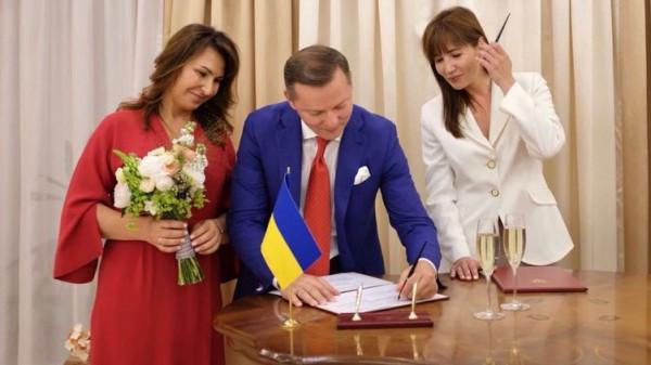 Невеста была в красном платье и в мокасинах
